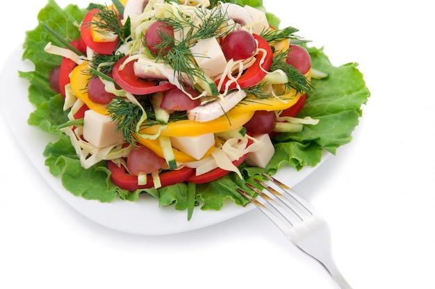 Salada e garfo.