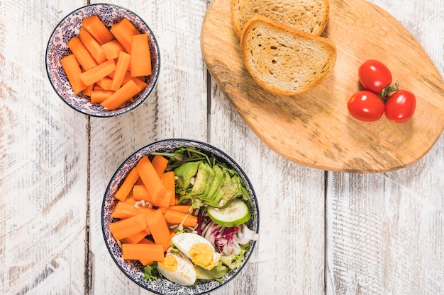 Salada e pão