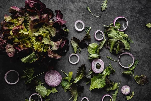 Salada e rodelas de cebola