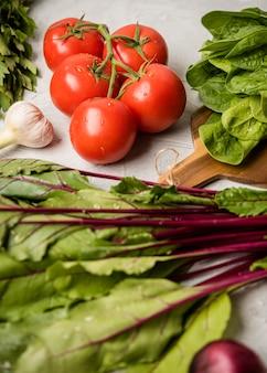 Salada e tomate vista alta