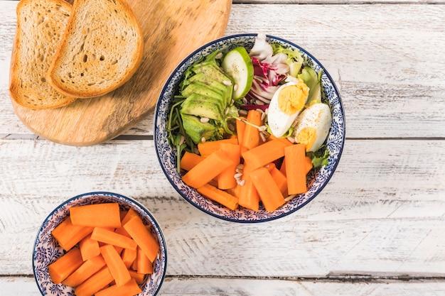 Salada e torradas