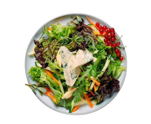 Salada e várias verduras e queijo isolado em um fundo branco. Foto Premium
