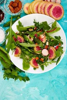 Salada em chapa branca com rúcula e figos
