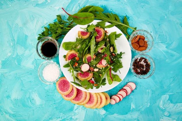 Salada em chapa branca em torno de ingrediente