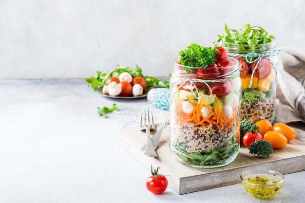 Salada em frasco de vidro com quinoa