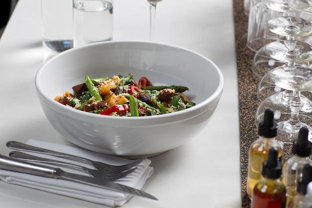 Salada em pratos