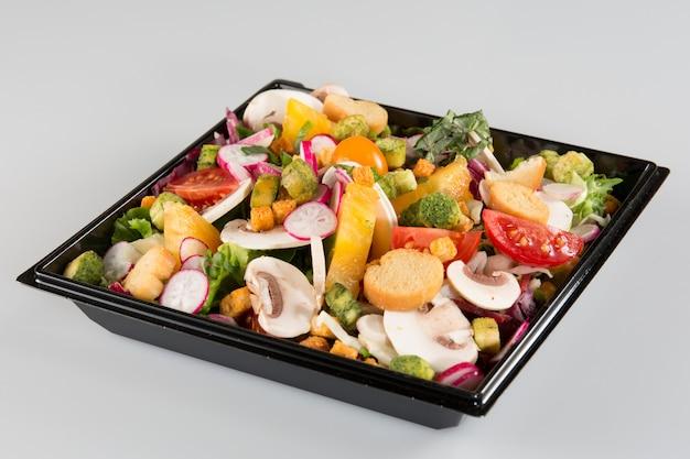 Salada em recipiente para viagem