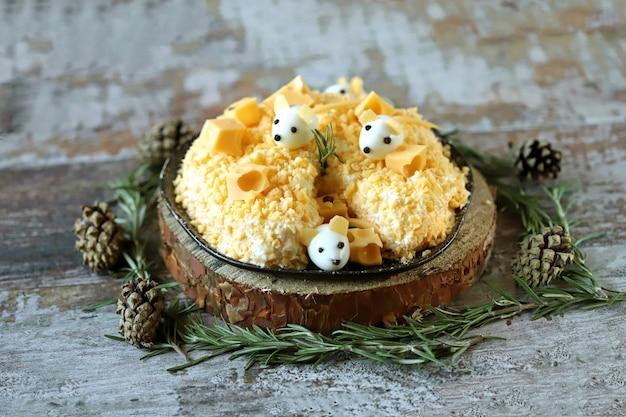 Salada engraçada para o novo ano de 2020. mouse na salada de queijo. salada de natal.