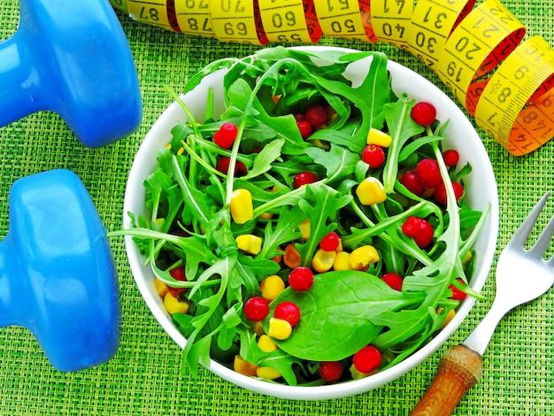 Salada fresca brilhante fitness com rúcula, milho e cranberries