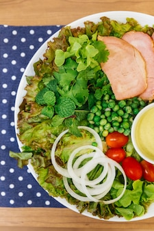 Salada fresca com delicioso peito de frango, carvalho verde, alface, cebola e tomate.