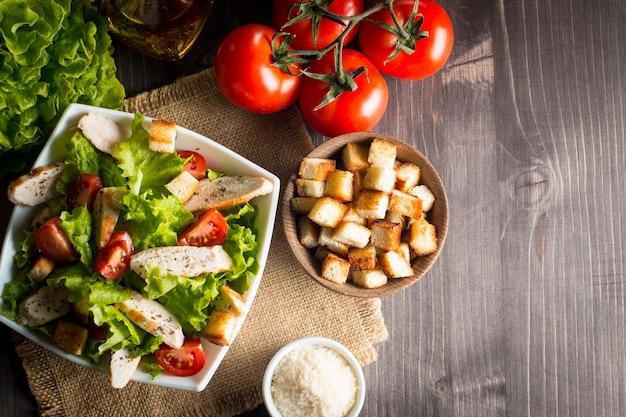 Salada fresca com delicioso peito de frango, rúcula, espinafre, couve, rúcula e tomate
