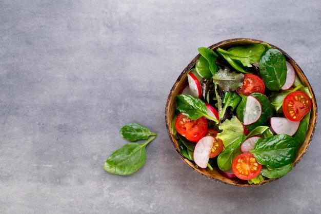 Salada fresca com espinafre e tomate, rabanete e salada.