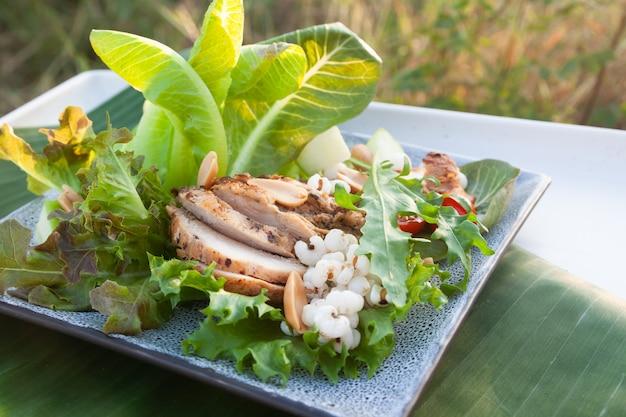 Salada fresca com peito de frango fatiado, comida saudável