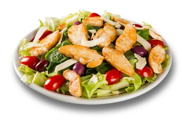 Salada fresca com peito de frango, rúcula, azeitona e tomate. alimentação saudável.