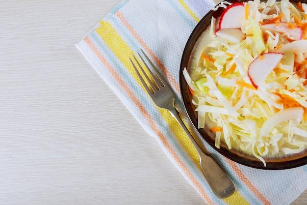 Salada fresca com pepino, cenoura e repolho