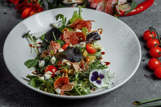 Salada fresca com presunto e pêra
