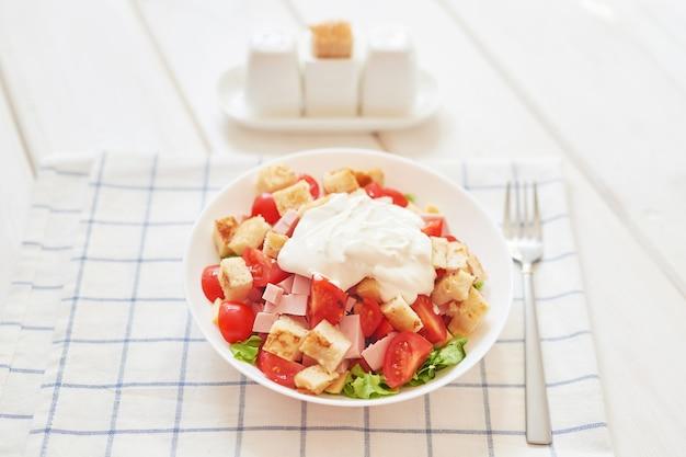 Salada fresca com queijo e presunto