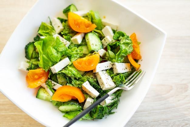 Salada fresca com queijo e tomate