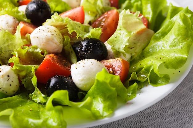 Salada fresca com queijo mussarela e vegetais