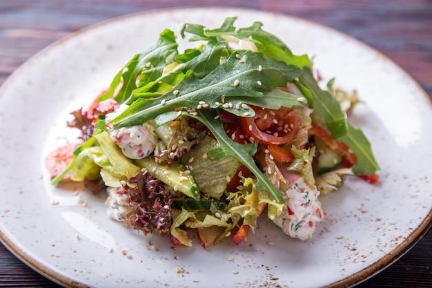 Salada fresca com rúcula com queijo cottage, molho de cereja e pesto