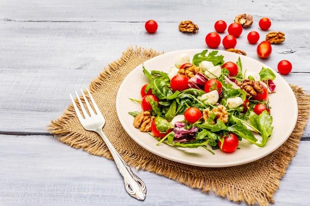 Salada fresca com rúcula, radicchio, tomate cereja, mussarela e nozes