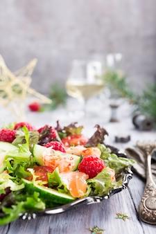 Salada fresca com salmão defumado