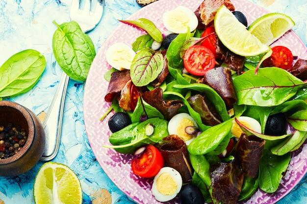 Salada fresca de acelga, tomate, azeitonas e jamon.