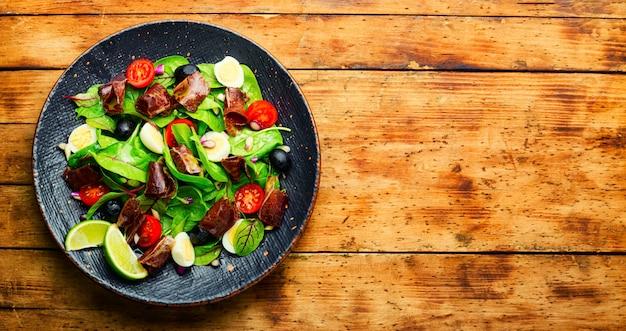 Salada fresca de acelga, tomate, azeitonas e mahana.copy space