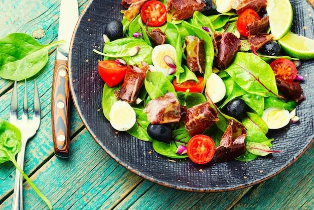 Salada fresca de acelga, tomate, azeitonas e mahana.