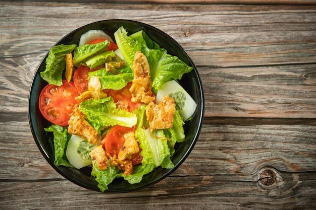 Salada fresca de alface e tomate com frango assado