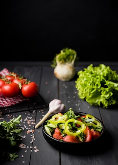 Salada fresca de alta vista na tigela