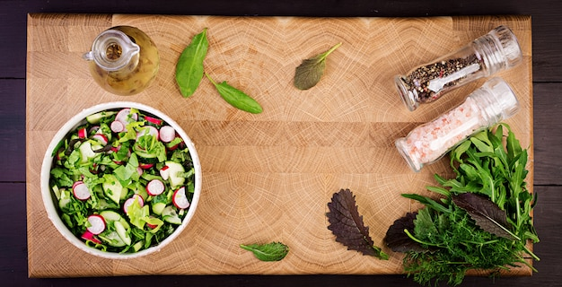 Salada fresca de pepino, rabanete e ervas