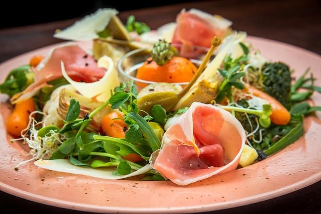 Salada fresca de vegetais, queijo e presunto, em prato colorido