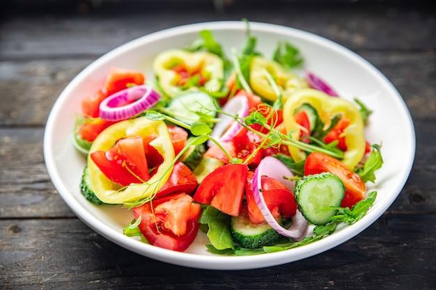 Salada fresca de vegetais tomate pepino pimenta cebola azeite refeição vegetariana saudável lanche