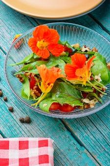 Salada fresca de verão com chagas