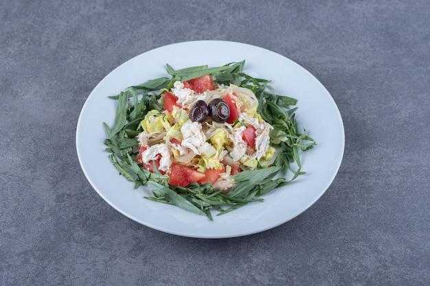 Salada fresca e apetitosa na chapa branca.