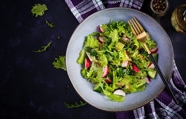 Salada fresca e saudável de pepinos, rabanetes e ervas com molho de mel de mostarda