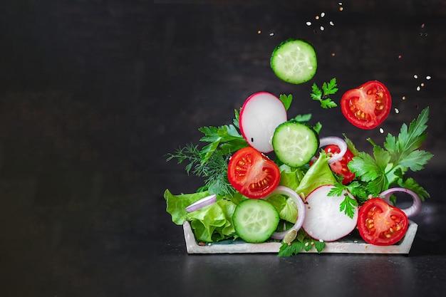 Salada fresca e saudável de tomate, pepino, mistura de rabanete e vegetais de alface