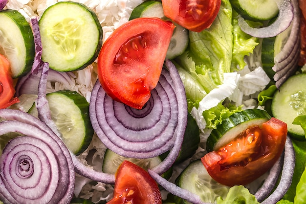 Salada fresca em fatias de vegetais diferentes close-up