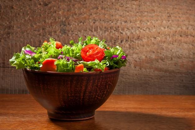 Salada fresca em fundo de madeira