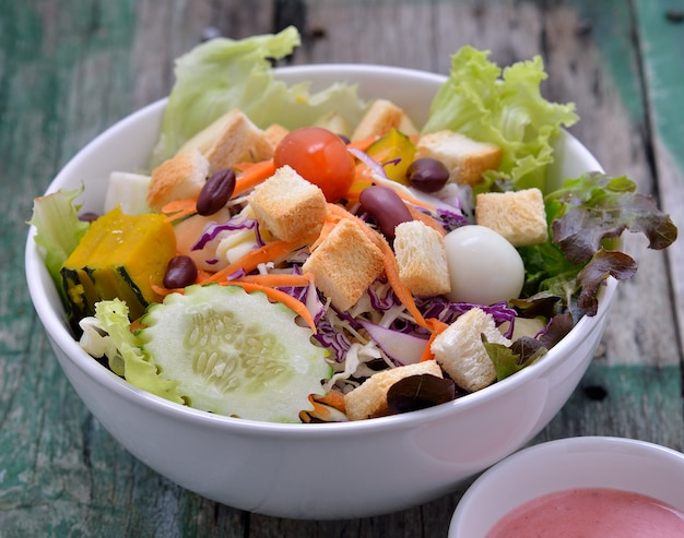 Salada fresca em woodden