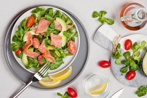 Salada fresca feita de salmão, tomate e abacate