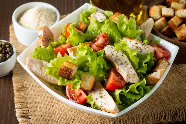 Salada fresca feita de tomate, ruccola, peito de frango, ovos, rúcula, bolachas e especiarias.