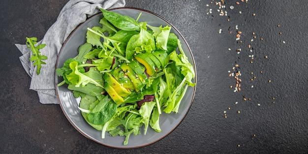 Salada fresca mistura de folha de abacate alface espinafre rúcula acelga refeição de alface lanche na mesa