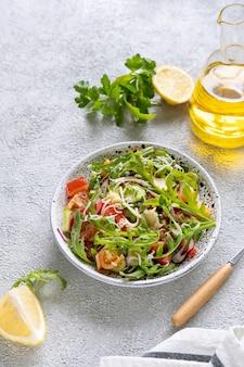 Salada fresca misturada com rúcula, tomate, pepino e queijo ralado