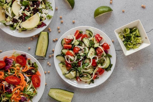 Salada fresca na mesa com abacate ao lado