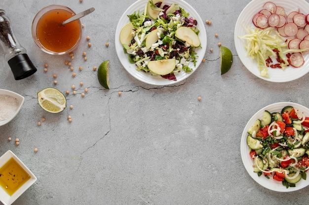 Salada fresca na mesa com cópia-espaço