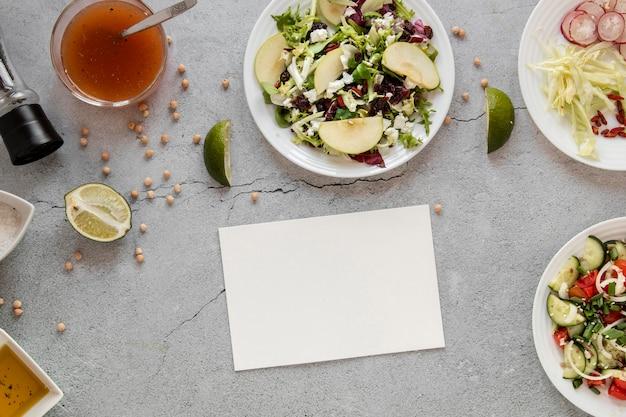 Salada fresca na mesa com limão
