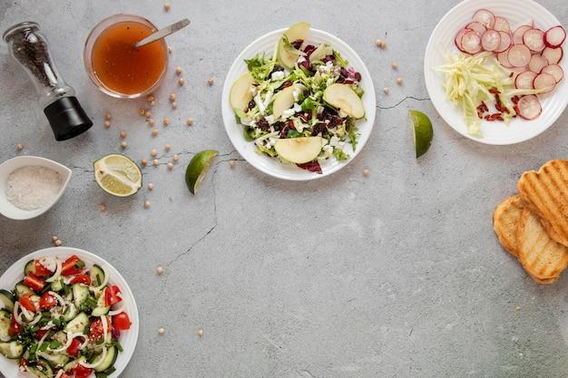 Salada fresca na mesa com torradas