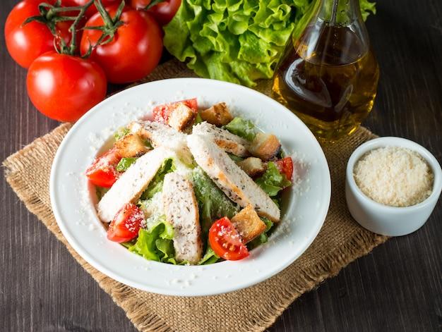 Salada fresca na mesa de madeira